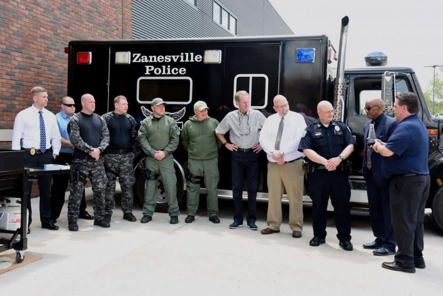 Mark+Falls+presents+an+award+members+of+the+Zanesville+Police+Department%2C+along+with+the+City+of+Zanesville+Mayor+and+Public+Safety+Director.