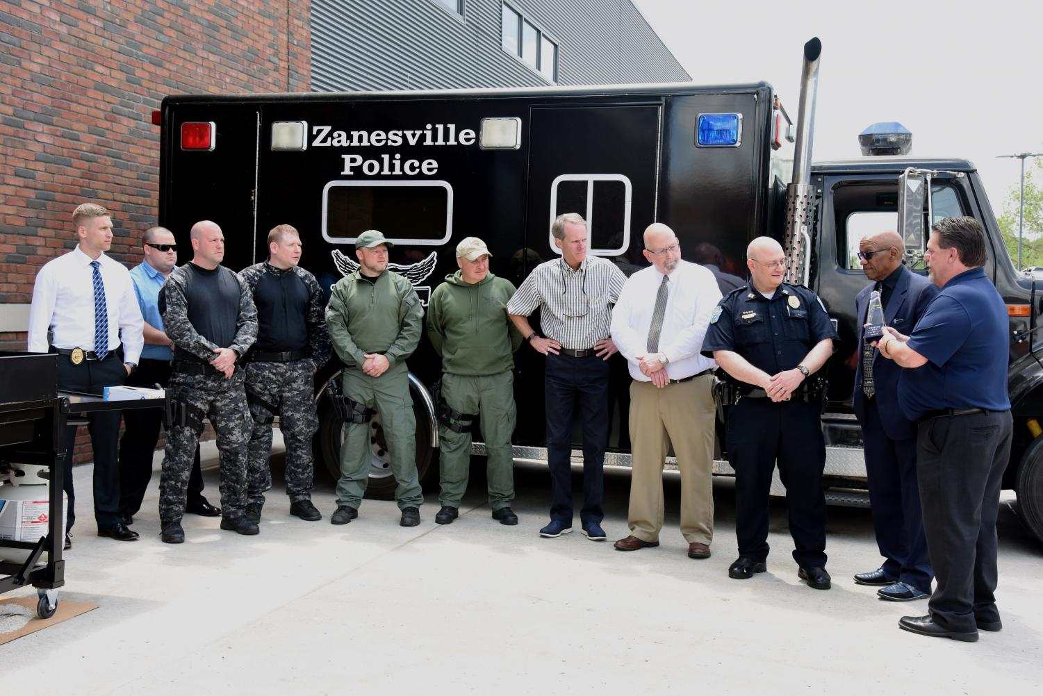 Mark Falls presents an award members of the Zanesville Police Department, along with the City of Zanesville Mayor and Public Safety Director.