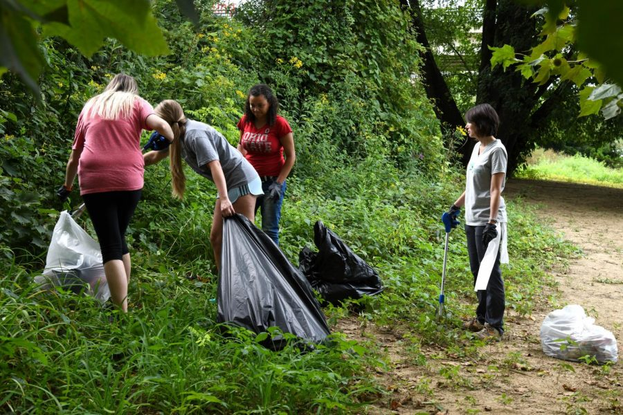 After+creating+a+Facebook+group+at+the+beginning+of+the+week%2C+Devin+Osborn+was+able+to+recruit+15+to+20+volunteers+to+help+clean+up+Putnam+Landing+Park+Friday+evening.