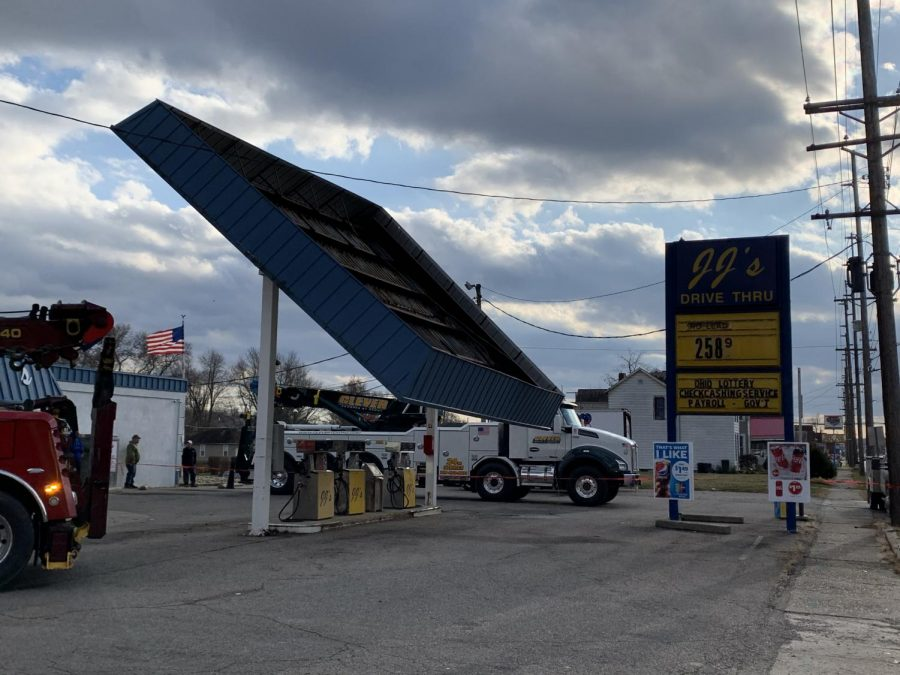 Overhead+canopy+falls+at+local+gas+station+along+Linden+Avenue+Wednesday